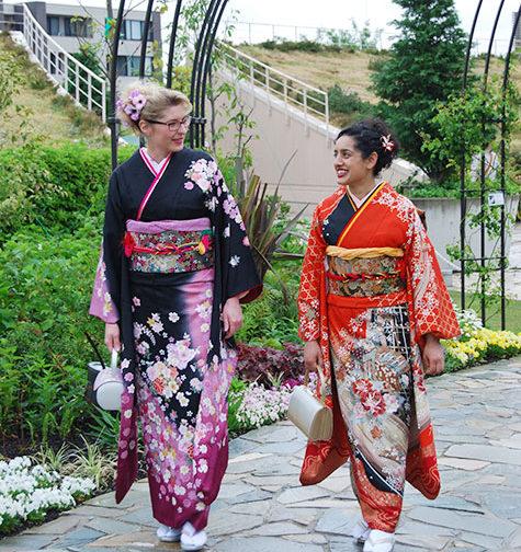 外国人女性振袖着付け写真1