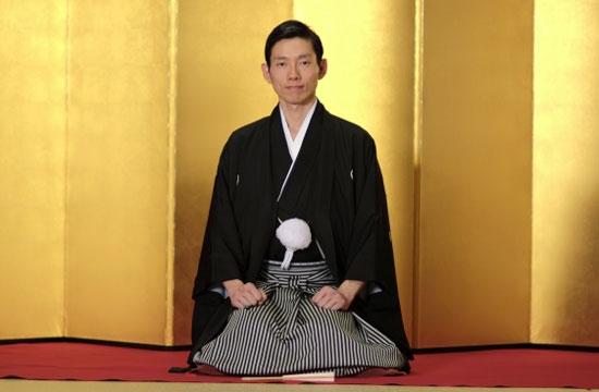 男性袴を着るシーン写真