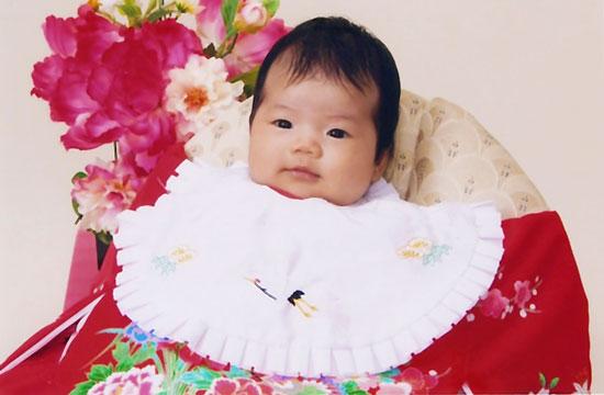 産着を着せて記念写真撮影