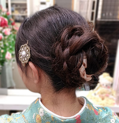袴の髪型にモダンなまとめ髪スタイル