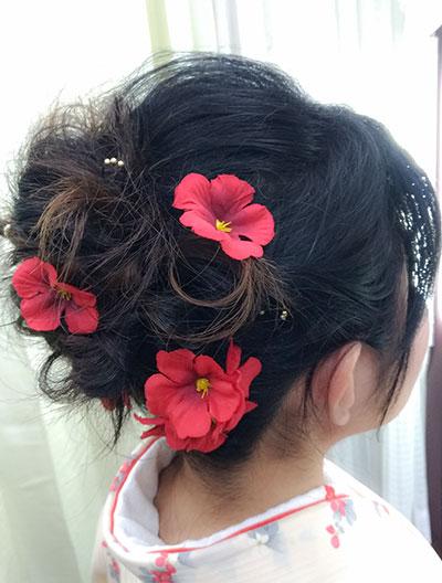 花飾りを付けるヘアスタイル