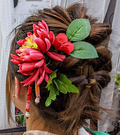 和装ヘアアップ・赤の髪飾り