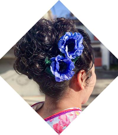 袴の色に合わせた花飾りブルー