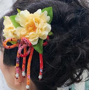 黄色の花と赤朱色ちんころ髪飾り