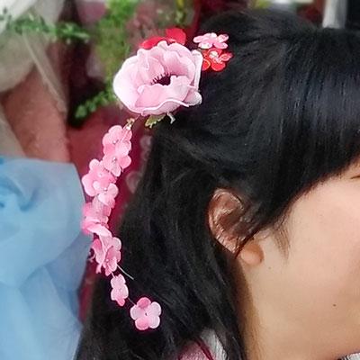 ピンクの花と桜の花びらの髪飾り