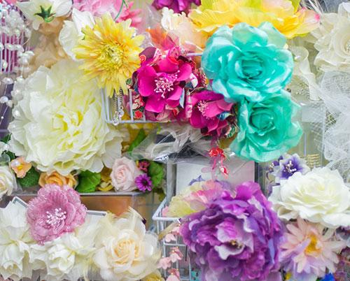 花の髪飾りも種類豊富