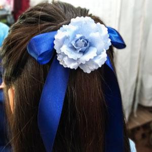 水色の花の髪飾りと青リボン