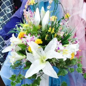 卒業式に花を添える