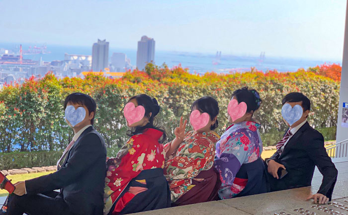 卒業記念に友達と袴姿で記念写真撮影