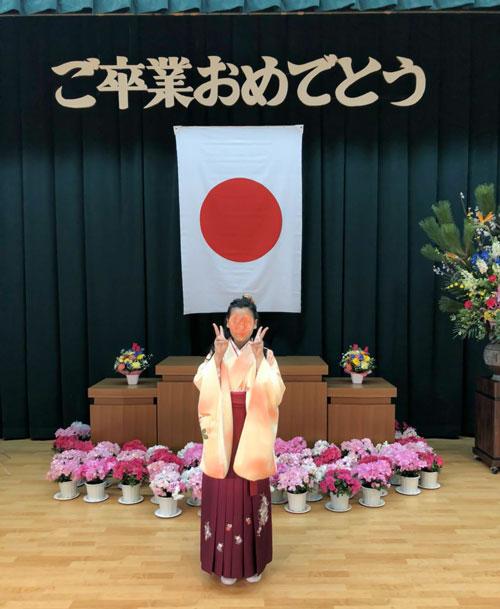 小学校卒業式袴で花に囲まれて