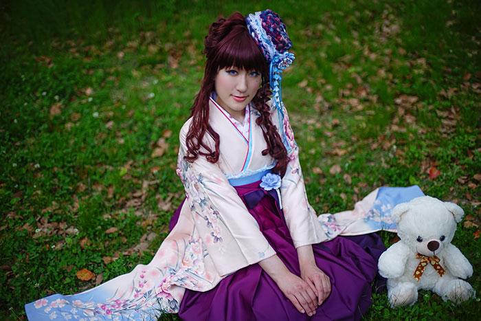 卒業袴で記念写真(ピンクブルー着物)
