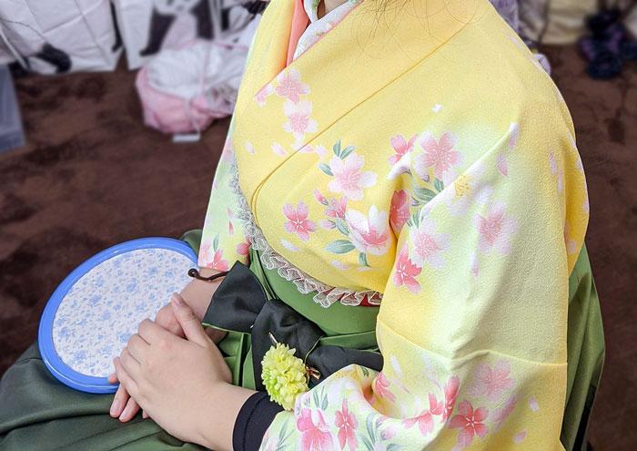 黄色着物と緑袴の組み合わせ写真