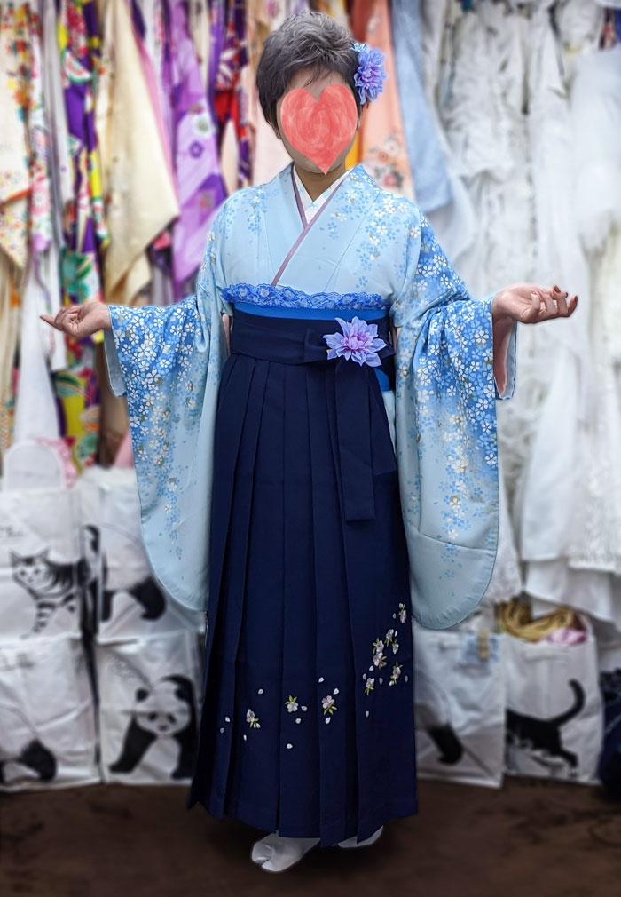 卒業式当日の袴着付け写真(水色紺色)