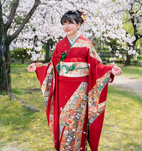 桜の花びら舞う振袖写真