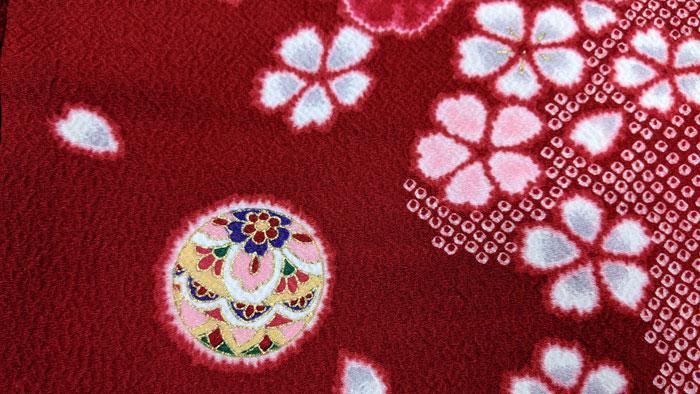 えんじ色の赤い着物