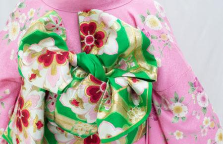 ピンクの振袖と緑色帯