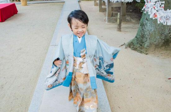 ブルーの着物と金色袴を着た男の子