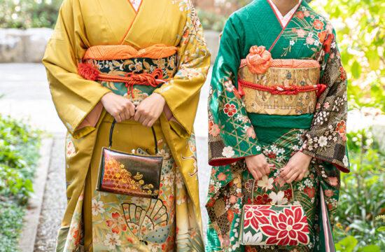 黄色の振袖と緑の振袖女性の前撮りロケ撮影写真