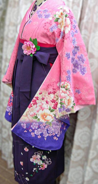 ピンク着物と紺色の卒園式袴・若い先生